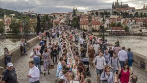 Banquete multitudinario en el puente Carlos de Praga.