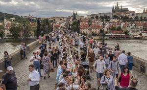 Banquet popular sense distanciament social al pont de Carles de Praga per girar full després del coronavirus
