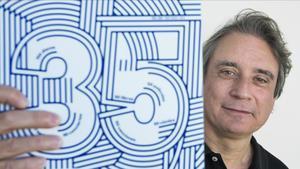 Santi Carrillo, director de 'Rockdelux', fotografiado en la redacción de la revista esta semana con un ejemplar del especial de 35 años