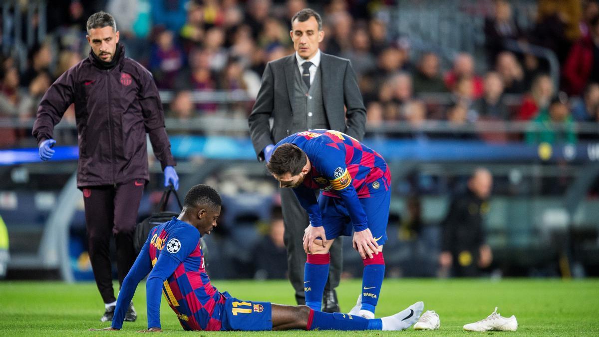 Messi se interesa por Dembélé, lesionado en el partido frente al Borussia Dortmund.