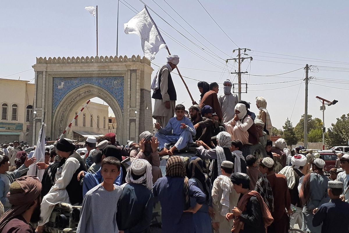 Talibanes en el centro de Kandahar tras la conquista de la ciudad.