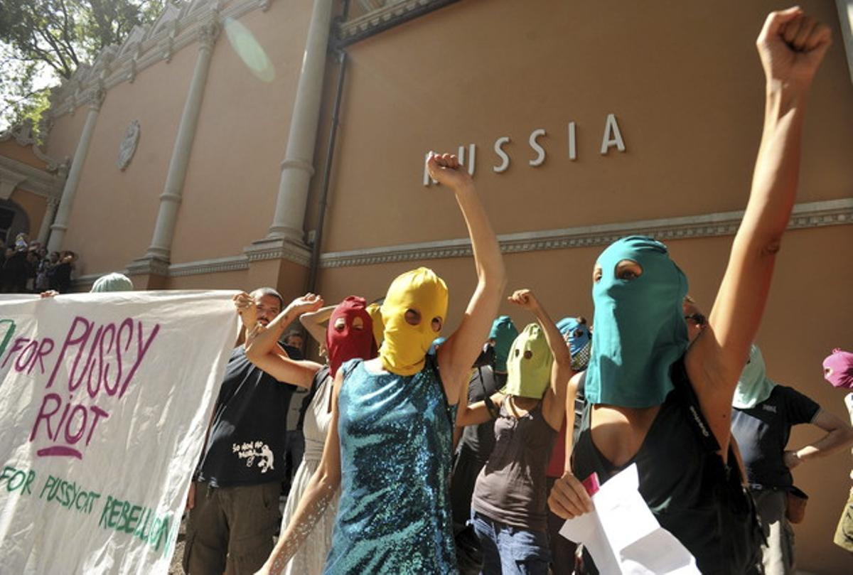 Protesta en apoyo al grupo de punk ruso Pussy Riot, frente al pabellón de Rusia de la Bienal de Arquitectura, en Venecia, este miércoles.