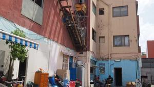 El patio interior de la nave industrial ocupada, en Badalona.
