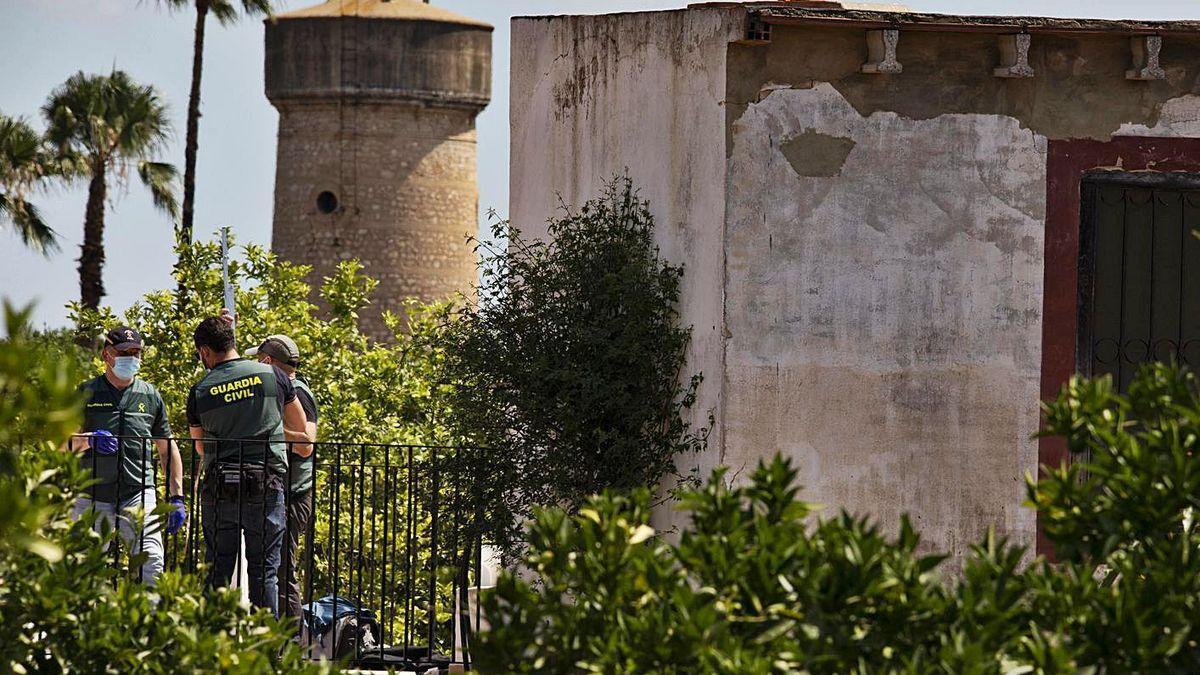 Agentes de la Guardia Civil llevan a cabo un minucioso rastreo en el pozo de la finca de Carcaixent.