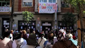 Famílies i docents es concentren contra el tancament de l'Acadèmia Cultura de l'Hospitalet