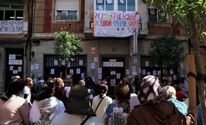 Familias y docentes se concentran contra el cierre de la Academia Cultura de L'Hospitalet.