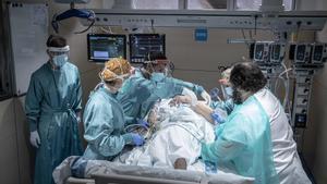 Un paciente con covid-19 en la uci de Vall d'Hebron, el 6 de abril.