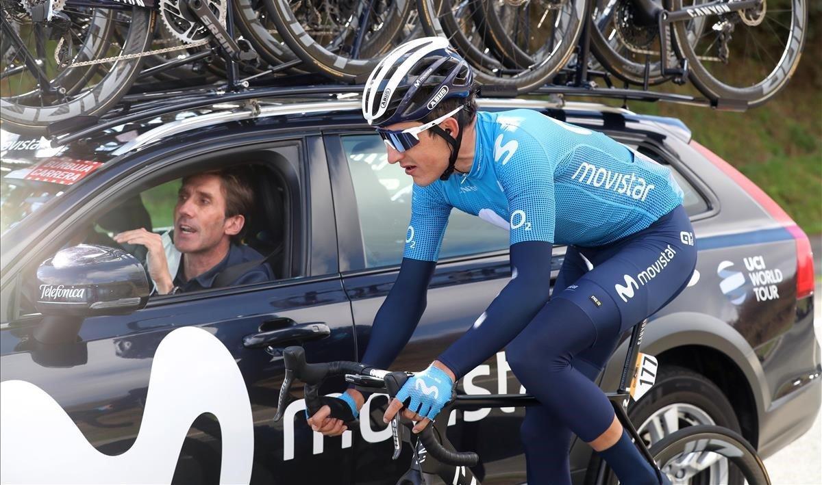 Marc Soler habla con su director Pablo Lastras, durante la 14ª etapa de la Vuelta.