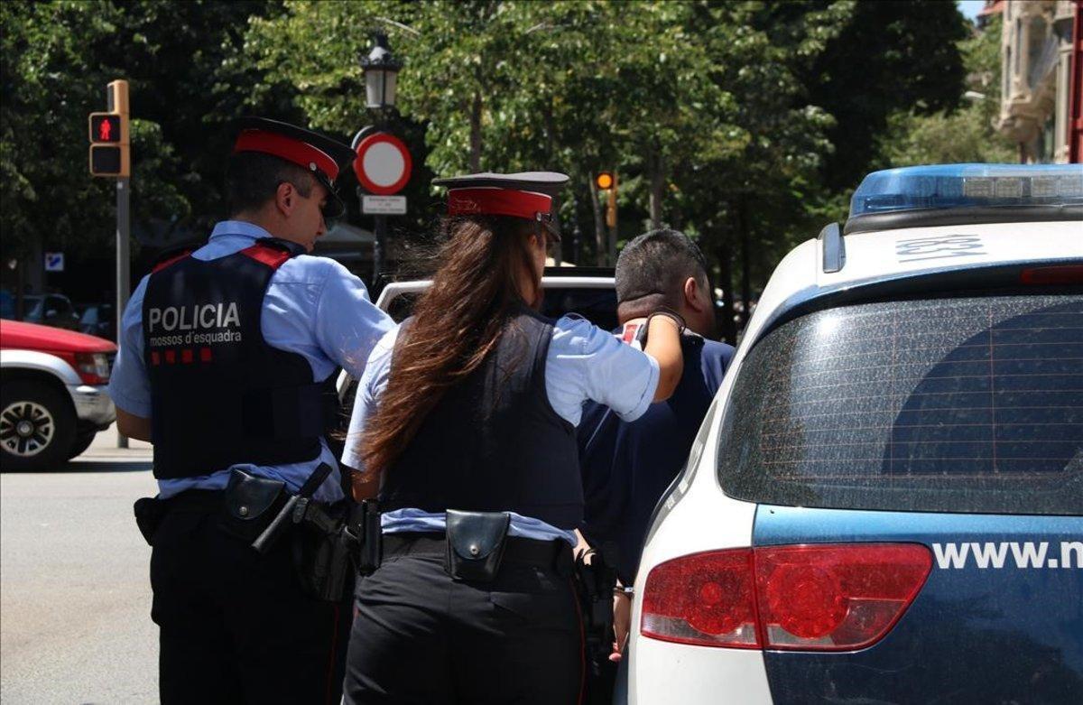 ARCHIVO / Dos agentes de los Mossos se llevan en coche a un carterista detenido en el metro por hurto.
