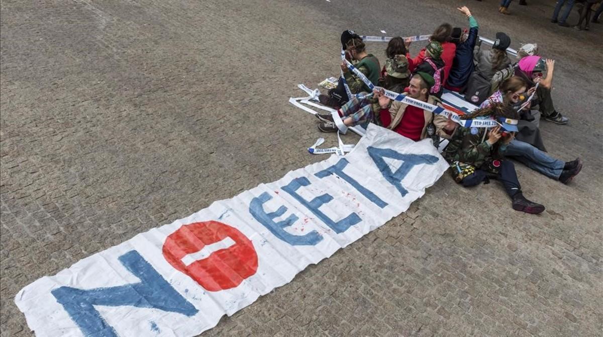 Manifestantes contra los tratados de comercio TTIP y CETA en Bruselas.