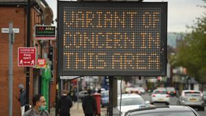 Un cartel luminoso avisa a los vecinos de Bolton, en Reino Unido, que en la zona circula una nueva variante del coronavirus.