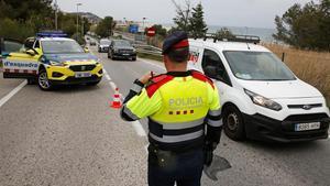 Control por parte de los Mossos del confinamiento comarcal, en Castelldefels.