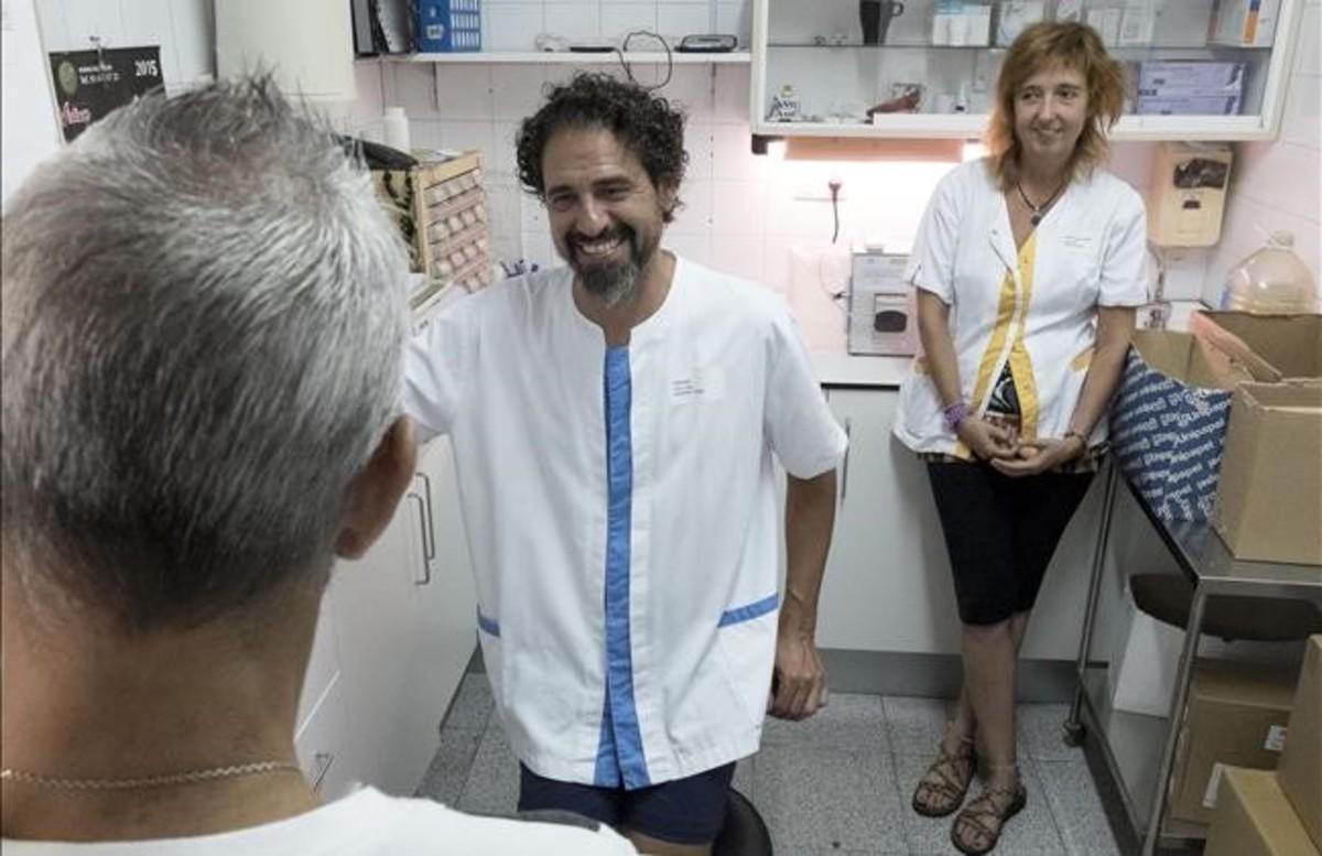 Manu charla con Felipe y Chefa en el CAS de La Mina mientras le preparan su dosis semanal.