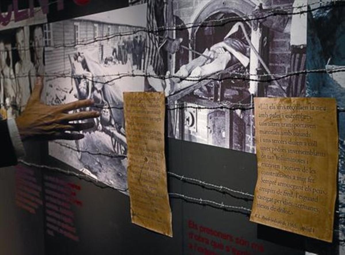 Detall de la mostra sobre Amat-Piniella, amb imatges de la cambra de gas de Mauthausen.