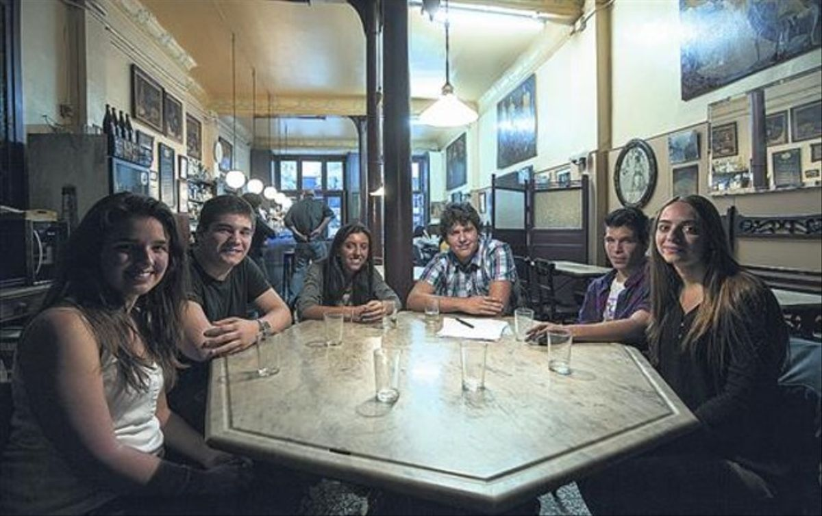Los participantes en el encuentro, en el Cafè del Centre, en el Eixample de Barcelona.