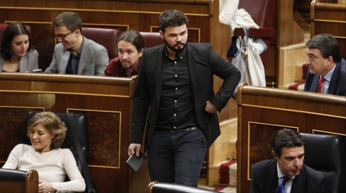 Gabriel Rufián se dirige a la tribuna del Congreso durante la segunda vuelta del debate de investidura de Pedro Sánchez.