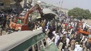 El tren con destino a Dacca golpeó al Udayan Express, con destino a Chittagong, en la parte trasera, dañando cuatro o cinco vagones.