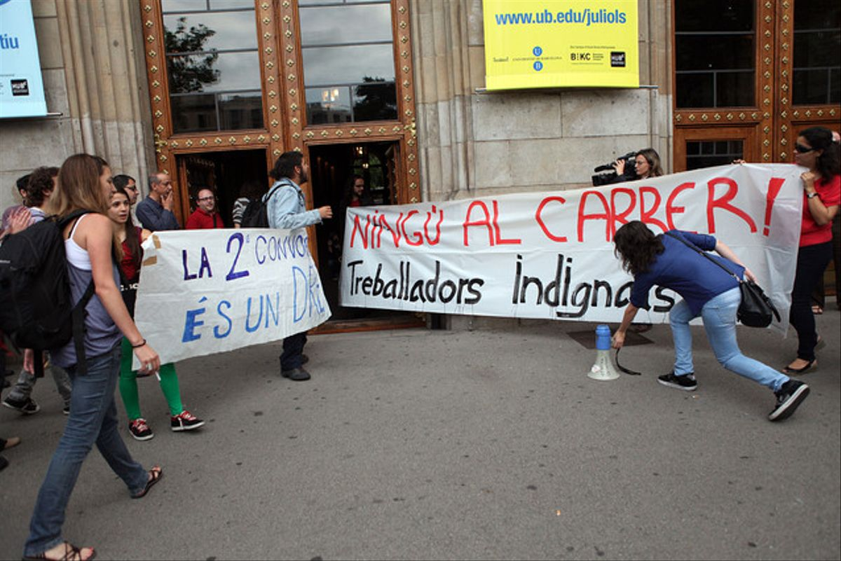 Protesta de los profesores universitarios asociados, este martes, en la plaza Universitat.