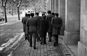 La policía franquista custodia el acceso al tribunal del Proceso de Burgos