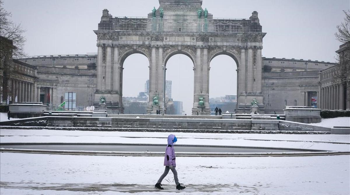 Nieve y frío en Bruselas. En la foto, un niño pasea por el parque del Jubileo, en la ciudad belga, cubierto de nieve.