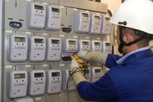Un técnico revisa los contadores de electricidad hace unos días en Barcelona.