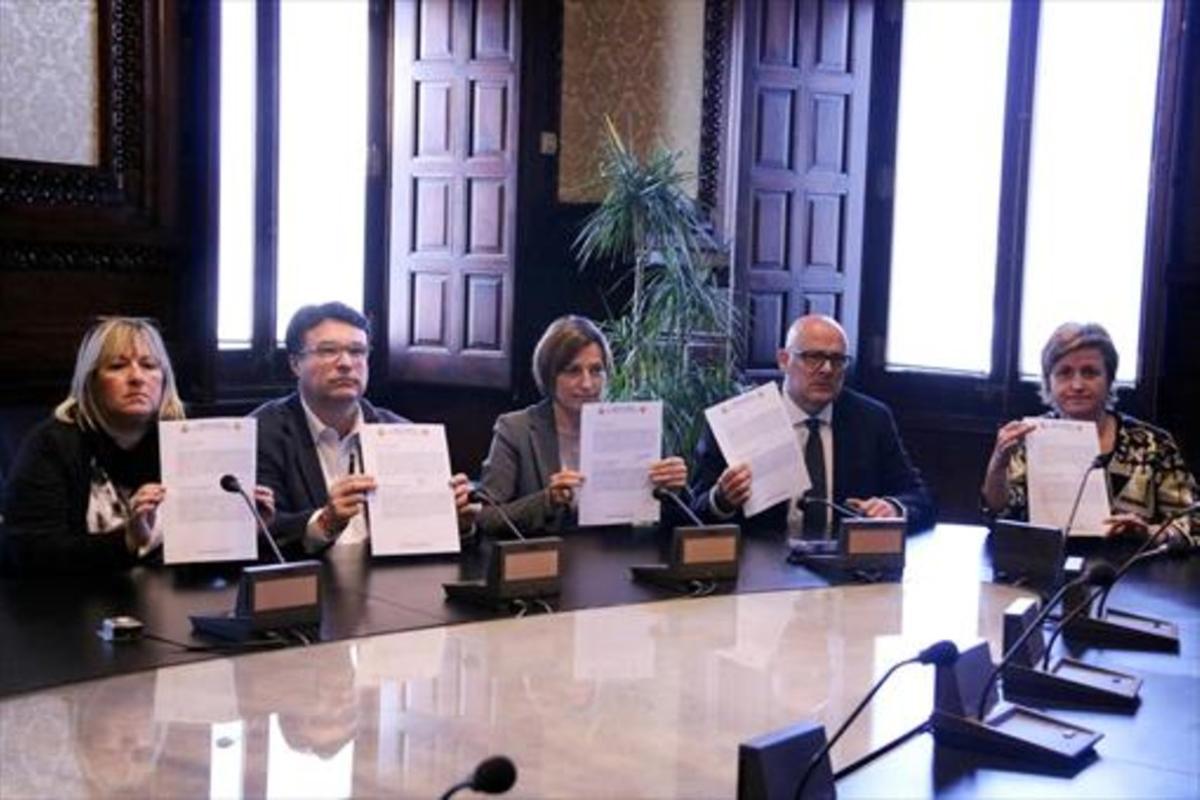 APERCIBIDOS Los miembros de la Mesa del Parlament, con el aviso del TC.