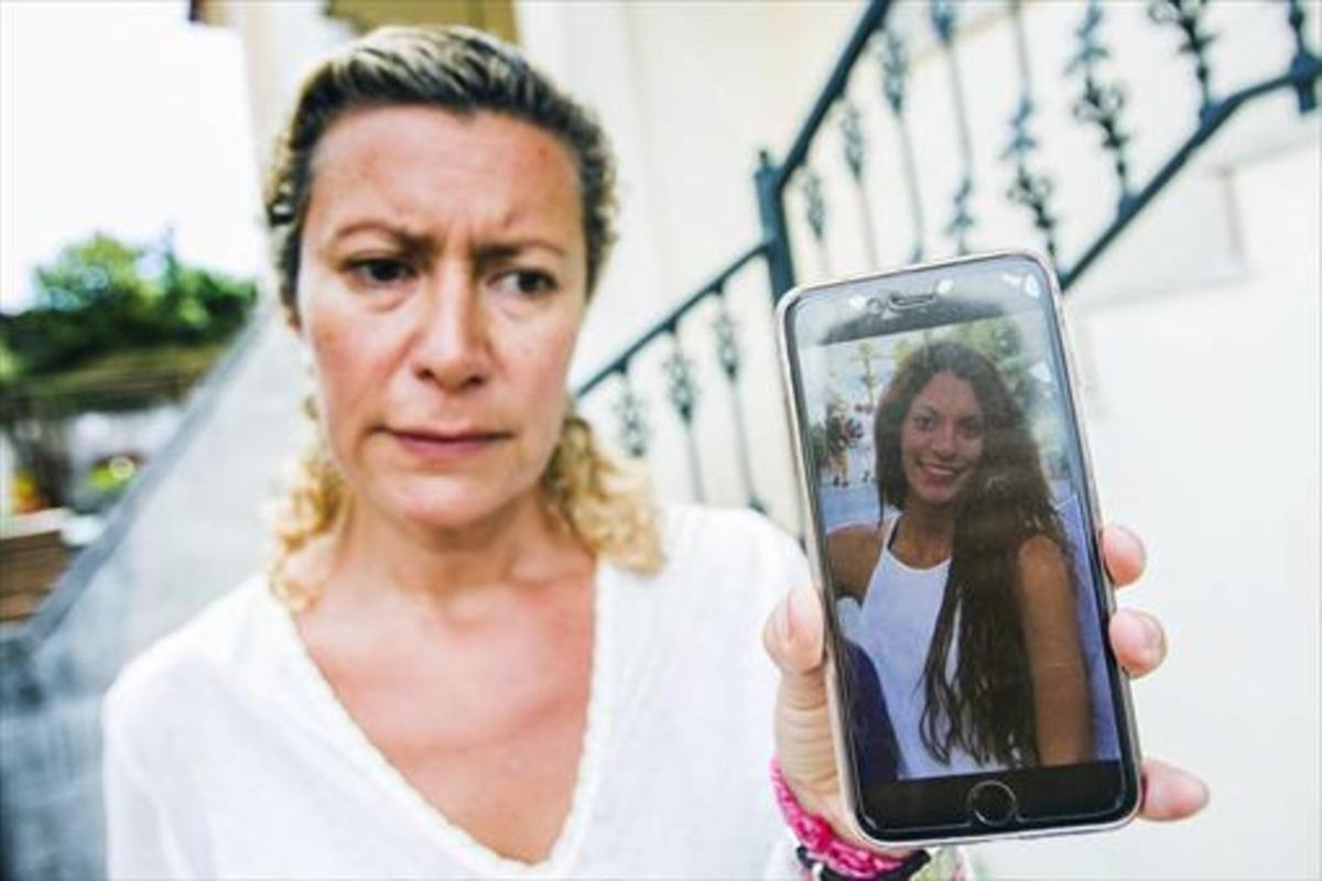 La madre de Diana Quer muestra una foto de su hija, desaparecida desde el 22 de agosto.