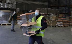 Urnas, papeletas y equipos de protección, preparados para el 14 F. En la foto, un trabajador traslada unas urnas en los talleres municipales, en Barcelona.