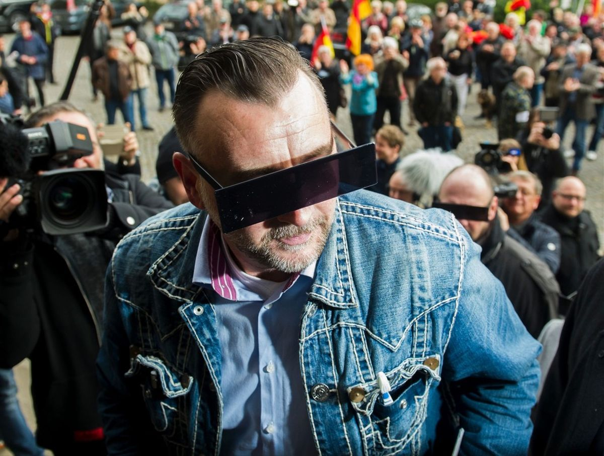 Lutz Bachmann, el fundador de PEGIDA, con los ojos tapados simulando un pixelado, a la entrada de los juzgados.
