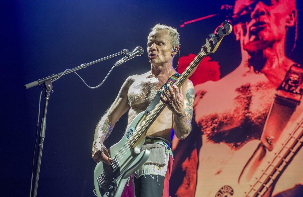 El bajista Flea, en la actuación de Red Hot Chili Peppers en el Palau Sant Jordi de Barcelona en 2016.