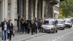 Peatones por una de las estrechas aceras de la Diagonal, entre paseo de Gràcia y paseo de Sant Joan.