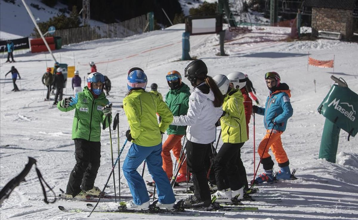Esquiadores en La Masella, en el primer fin de semana de aperturas de las estaciones de esquí.
