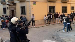 Dos policías nacionales (en primer término) durante las protestas en Linares, el pasado 13 de febrero, por la paliza que dos agentes fuera de servicio dieron a un hombre y a su hija menor de edad.
