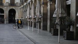El TSJC mantiene el cierre de bares y restaurantes en Catalunya por la Covid-19. En la foto, terrazas cerradas en Barcelona.