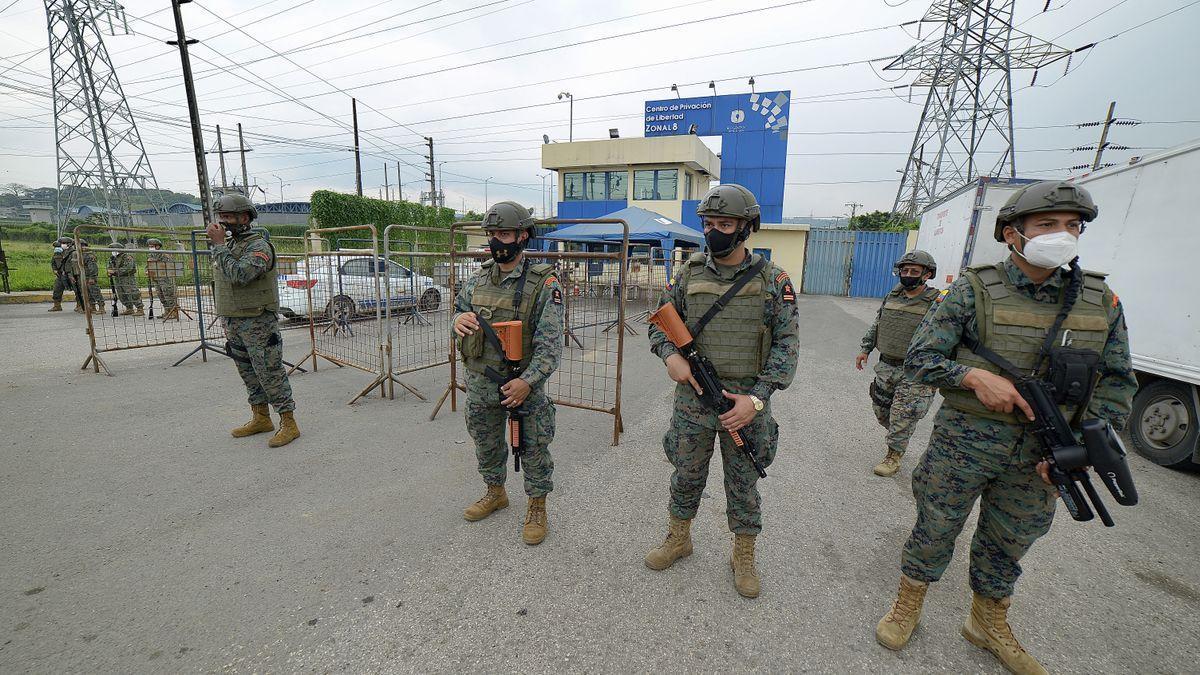 Fuerzas de seguridad delante de una cárcel ecuatoriana tras un motín, en imagen de archivo.