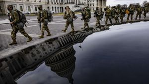 Soldados de la Guardia Nacional de Virginia marchan por el este desde el Capitolio de los Estados Unidos en su camino a sus puestos de guardia.