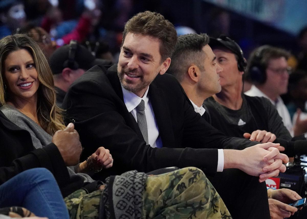 Pau Gasol junto a su mujer Cat McDowell, entre el público de un partido de la NBA