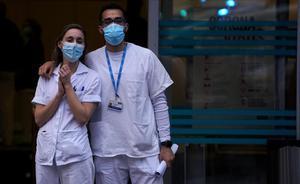 Sanitarios en la puerta de la Fundación Jiménez Diaz.