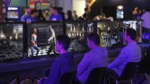 Varias personas prueban un videojuego en en la Barcelona Games World.