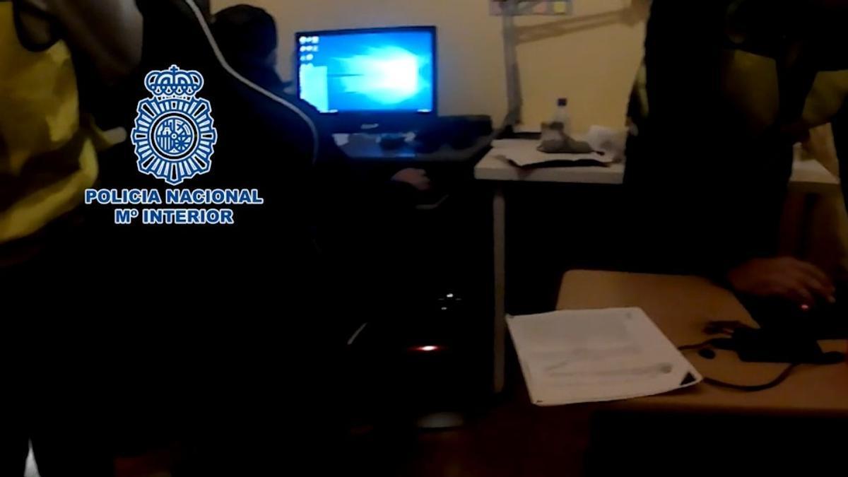 Agentes de la Policía Nacional investigan supuesto material pedófilo en un ordenador, en mayo del año pasado.