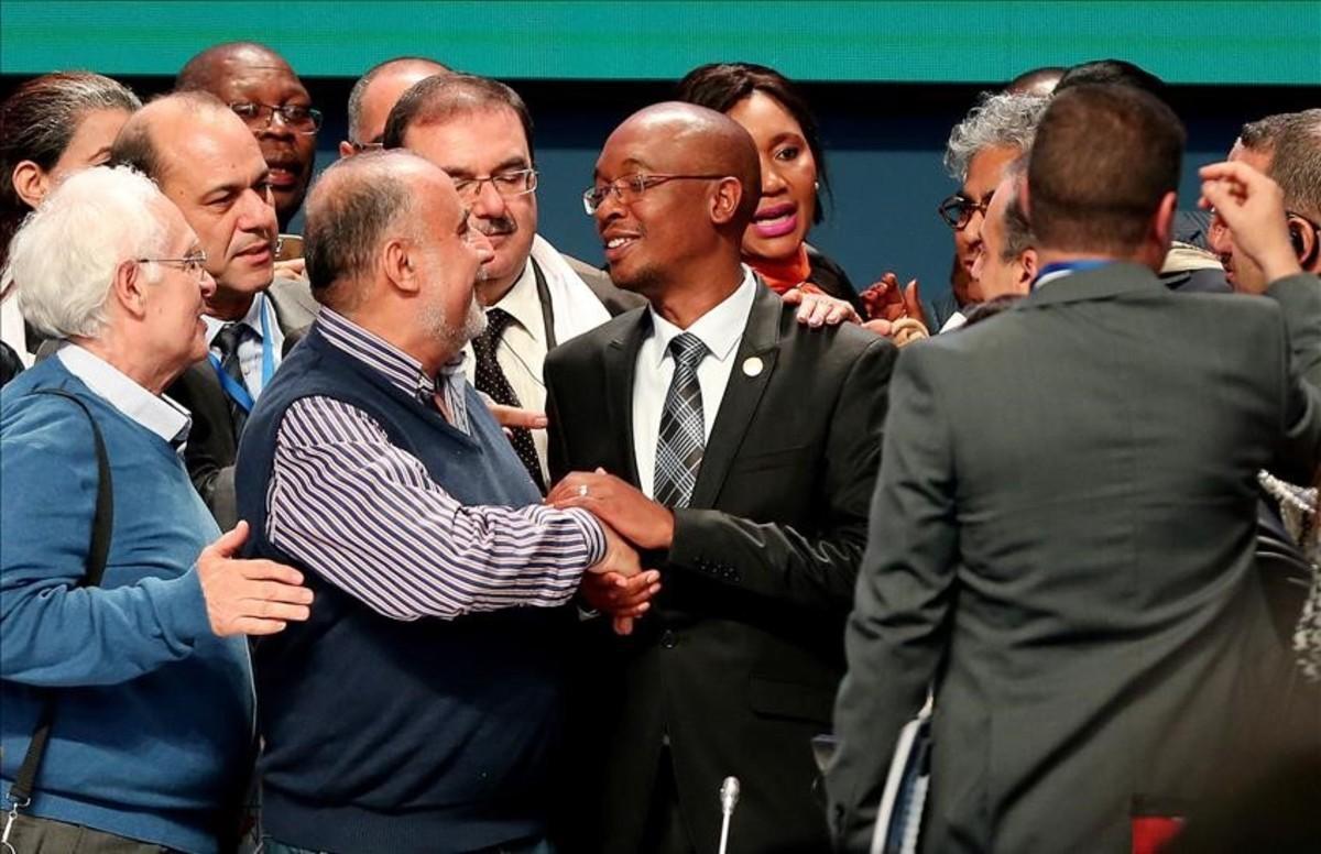 El alcalde de Johannesburgo, Parks Tau (en el centro), es felicitado en la reunión de Quito tras ser elegido presidente de la asociacion Ciudades y Gobiernos Locales Unidos.