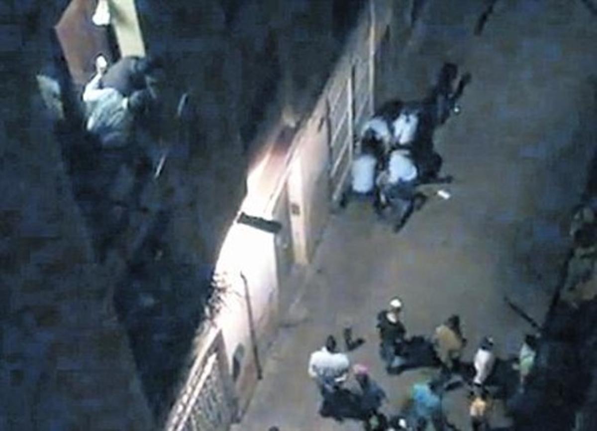 Capturade un vídeo grabado por un vecino de la calle de la Aurora durante la acción de los mossospara reducir a Juan Andrés Benítez.