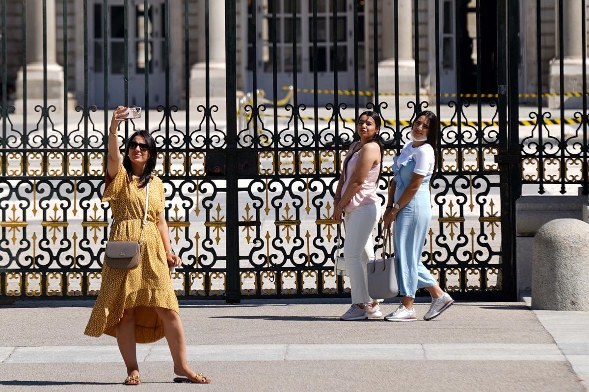 España recibió en junio 2,2 millones turistas extranjeros, 10 veces más que en el 2020. En la foto, turistas se hacen un selfi frente al Palacio Real, en Madrid.