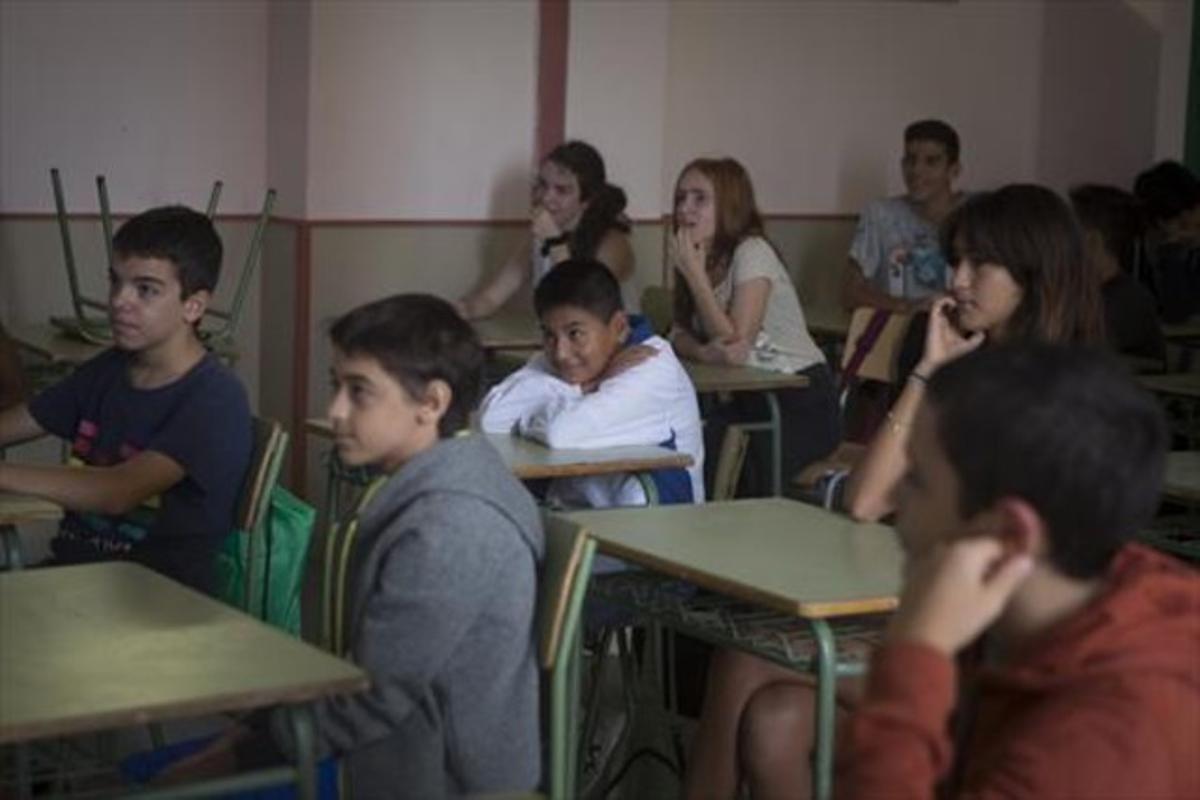 Alumnos de ESO del institut Ernest Lluch, en el Eixample de Barcelona.