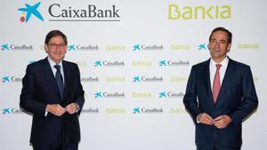 José Ignacio Goirigolzarri, entonces presidente de Bankia y hoy de CaixaBank, y Gonzalo Gortázar, consejero delegado del banco catalán, en la presentación de la fusión de las dos entidades hace justo un año.
