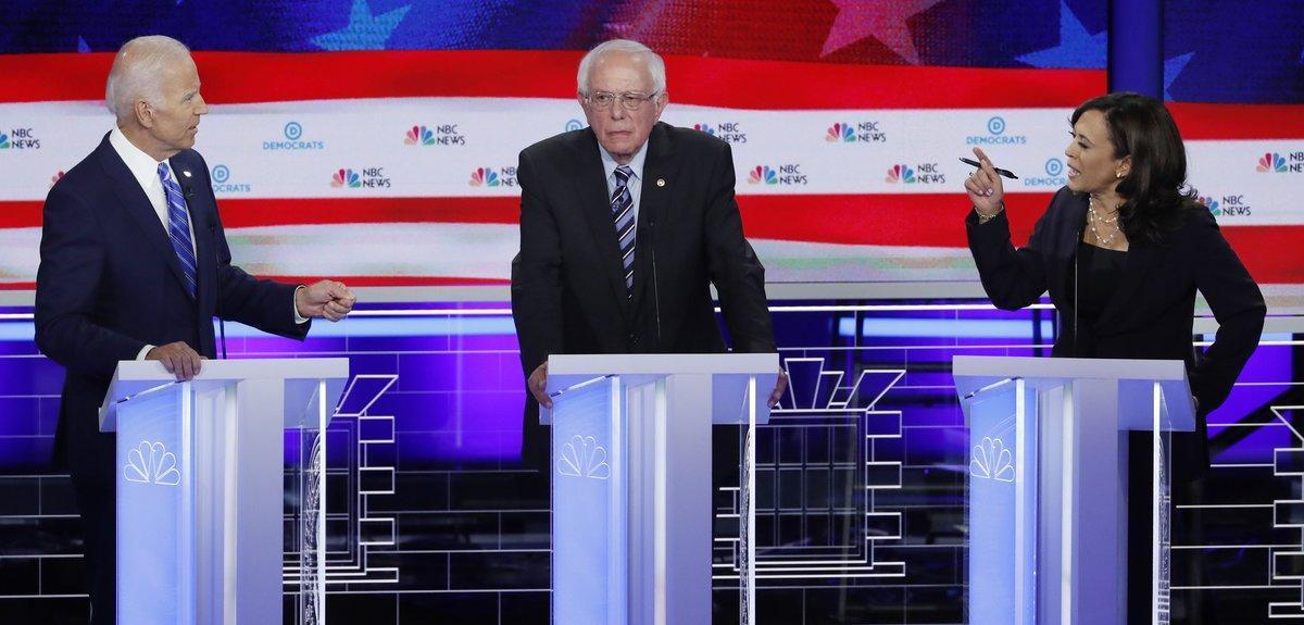 De izquierda a derecha, Joe Biden, Bernie Sanders y Kamala Harris, durante el segundo debate demócrata, en Miami.