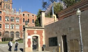 La entrada de la escuela Sant Ignasi, en lo alto de la calle de Carrasco i Formiguera.