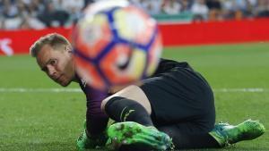 Ter Stegen sigue con la vista el balón después de abortar un remate de Benzema en el clásico del domingo.