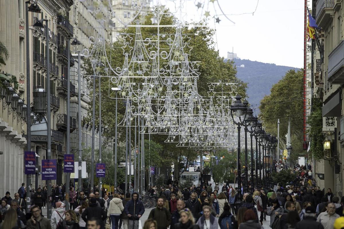 Una calle adornada con diseños de Navidad en Barcelona.