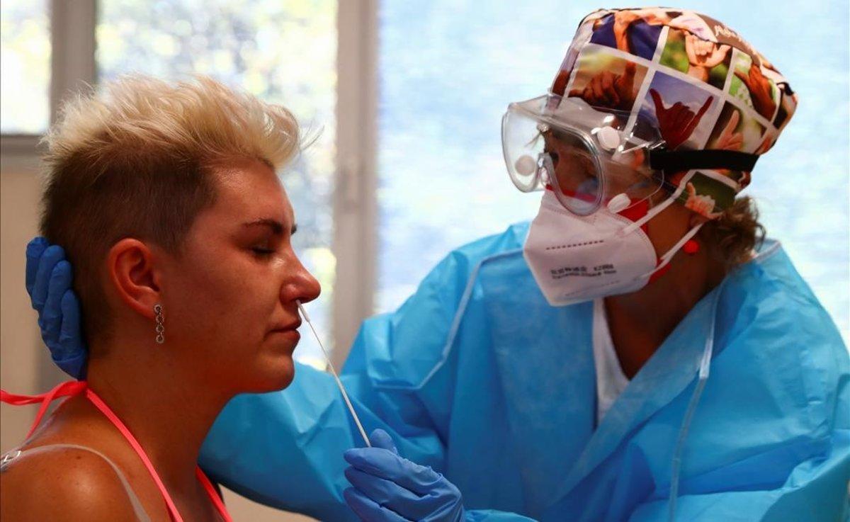 Prueba del coronavirus en un centro de atención primaria de Madrid.